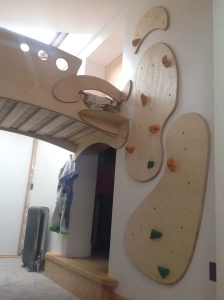 Children's bunkbed and integrated climbing wall